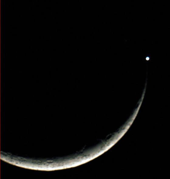 3838825-3811560-20100516 moon venus.jpg